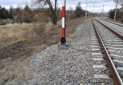 Ochrona przed przepięciami i prądami błądzącymi urządzeń telekomunikacji kolejowej zabudowywanymi w pobliżu torowisk z siecią trakcyjną.
